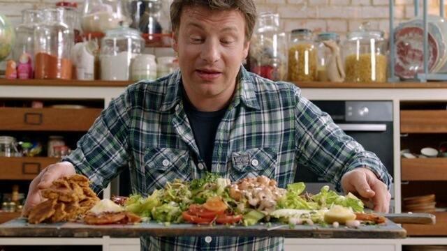 Pão de tomate de Jamie Oliver é servido com salada de camarão