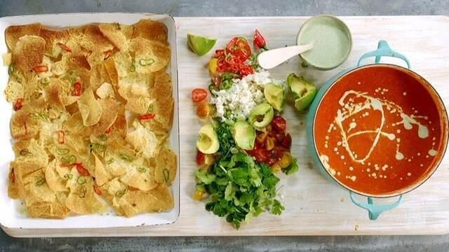 Nachos servidos com sopa mexicana de tomate e molho picante de iogurte