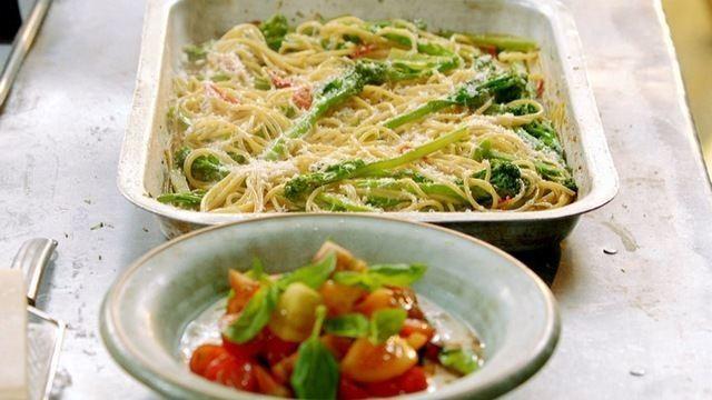 Espaguete italiano servido com salada de tomate cremosa