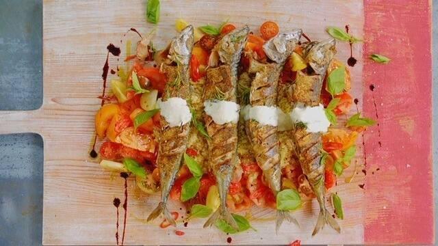 Salada de quinoa com peixe e molho de iogurte ao estilo mediterrâneo
