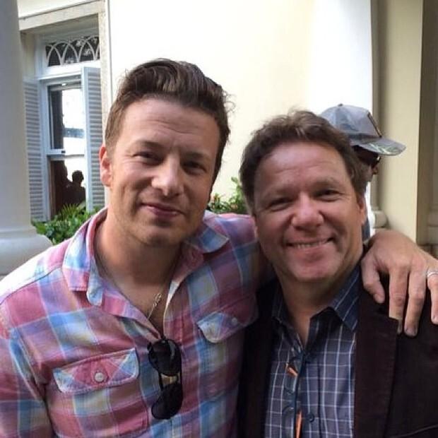 Chef Jamie Oliver chega ao Brasil para final da Copa