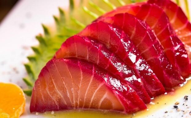 Gravlax de salmão curado em beterraba Fatias de peixe são servidas com molho cítrico e tangerina