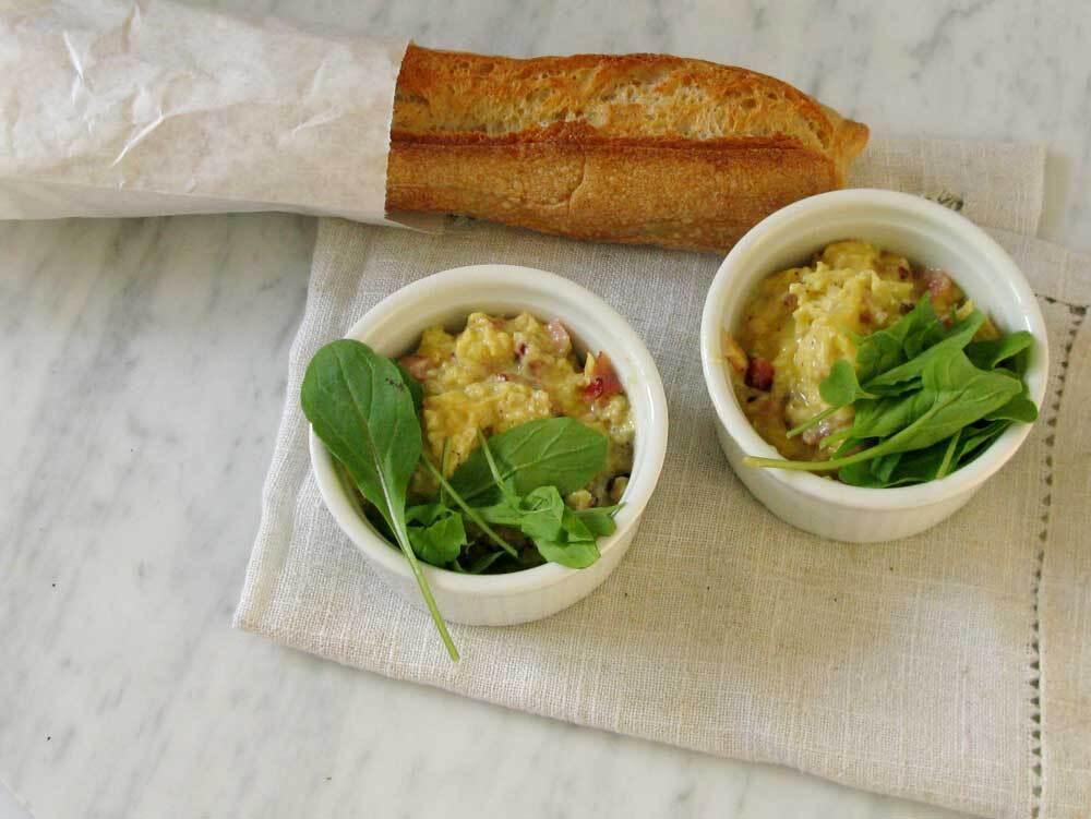 Huevos revueltos con jamón, parmesano y rúcula