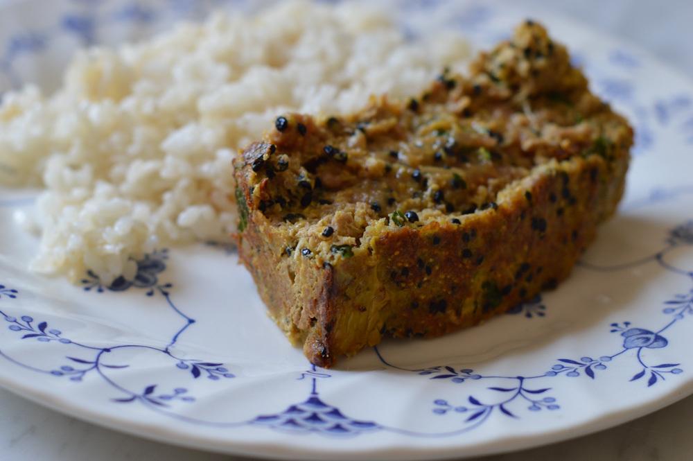 Meatloaf de pavo, brotes de cebolla, polenta y mostaza dijon