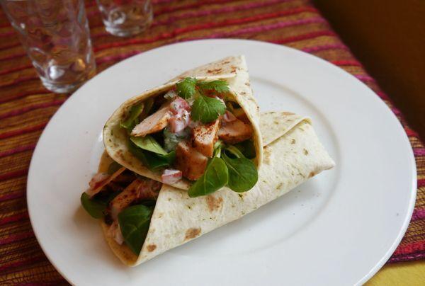 Wraps de poulet tandoori et Raïta tomate-coriandre