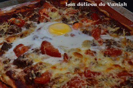 Pizza viande hachée, mozzarella et tomates fraîches