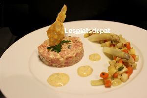 Tartare de veau au thon et câpres, petits légumes