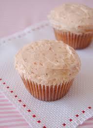 Cupcake de chocolate com gotas de chocolate branco
