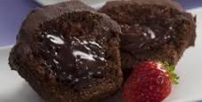 bolo de chocolate com recheio de ganache branco e morango
