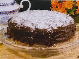 Bolo cremoso de chocolate com coco