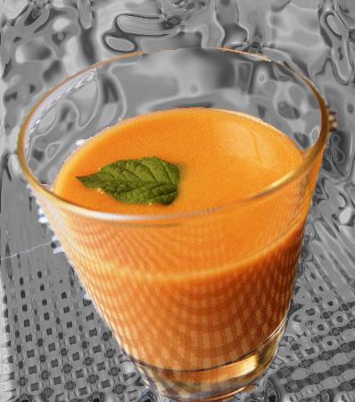 Gazpacho o sopa fría de melón y albaricoques.