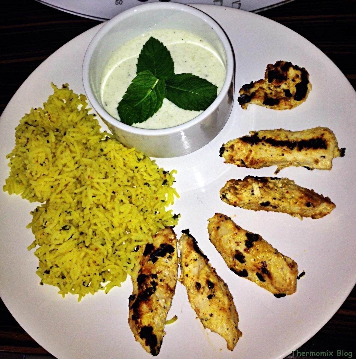 Fűszeres joghurtos csirkemell, kurkumás rizzsel, mentás joghurttal