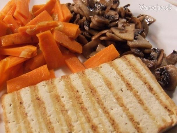 Grilované údené tofu so zázvorovou mrkvou a šampiňónmi na masle