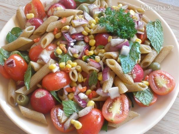 Cestovinový šalát so zeleninou a čerstvou mätou