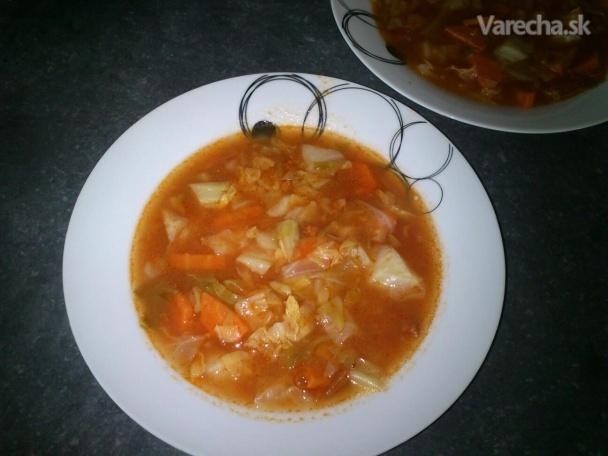 Kapustová polievka s paradajkovým pretlakom a klobáskou