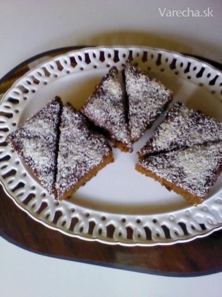Zasnežený hrnčekový koláč