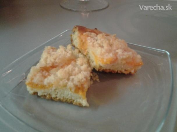 Liaty kysnutý koláč s marcipánovou posýpkou