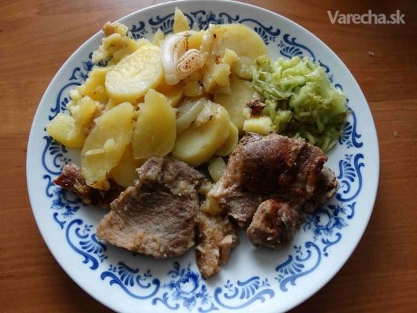 Dusené pliecko na cibuľke s mäkkými zemiakovými kolieskami (fotorecept)