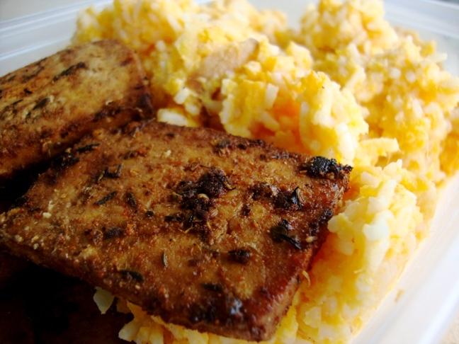 Grilované čierne tofu s kokosovo-tekvicovou ryžou