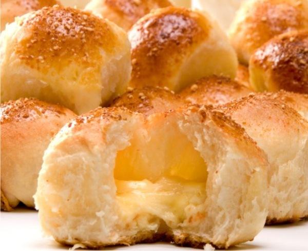 de pao de batata recheado com queijo minas