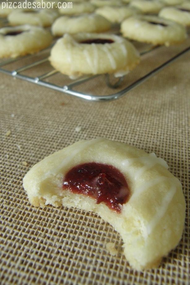 Galletas de mantequilla y almendra con mermelada de frutos rojos