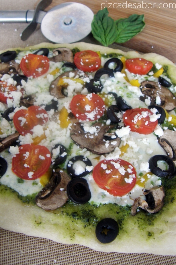 Pizza vegetariana con pesto