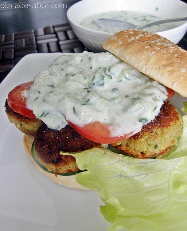 Hamburguesa de falafel con tzatziki