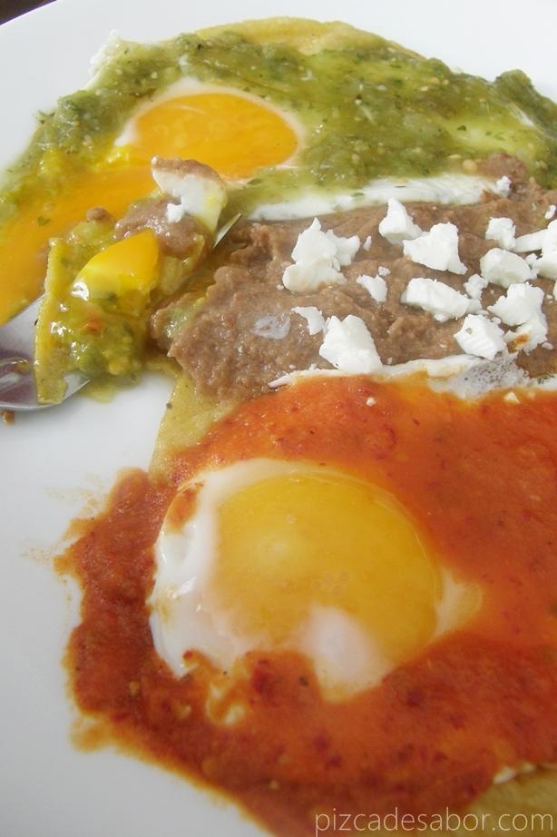 huevos en salsa roja