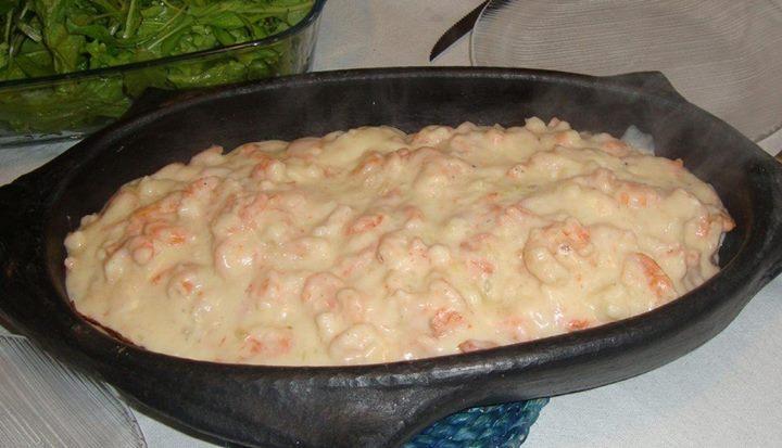 Salmão ao molho branco de camarão