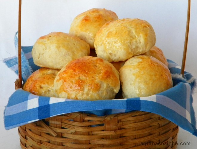 de pão em forma de bolinha com recheio de goiabada