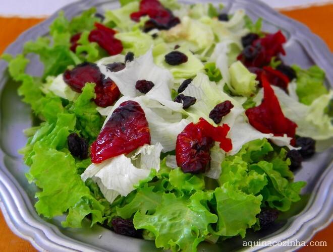Salada de Alfaces e Tomate Seco Com Molho de Mostarda e Mel