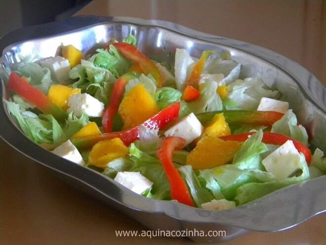 salada de alface com manga e queijo