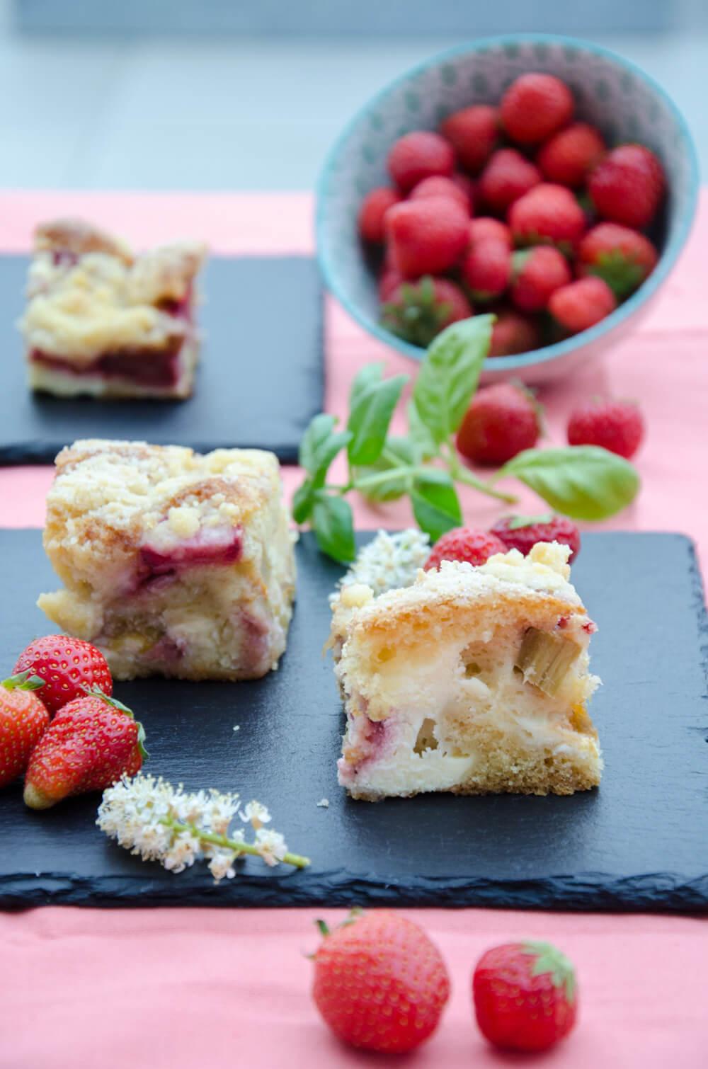 Erdbeer-Rhabarber Topfenschnitten mit Streuseln