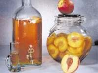 Licor, dulce y duraznos al coñac