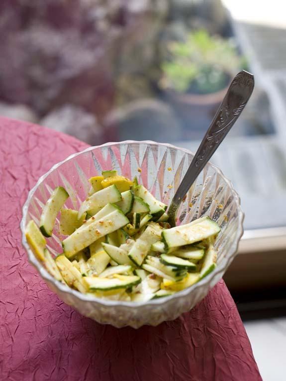 Salade crue de courgettes jaunes et vertes au pesto