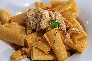 Ριγκατονι με κοτομπουκιές & σάλτσα γιαουρτιού