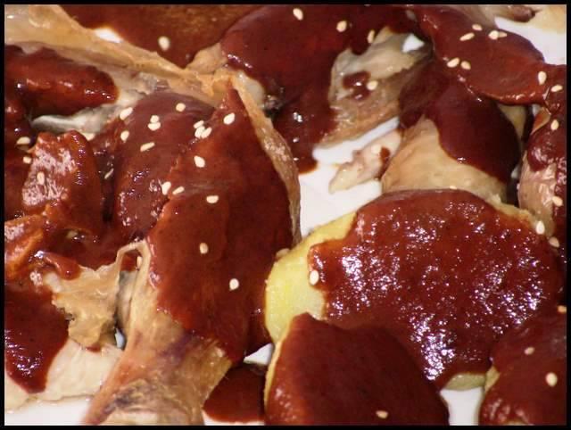 Pollo asado con salsa de Mole Poblano, receta casera