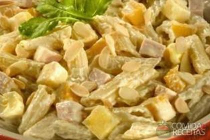 Receita de Salada ao molho de mostarda com peito de peru e manga