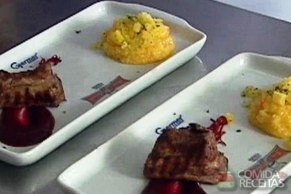 Receita de Quirera com crocante de aipim, costelinha marinada e molho de beterraba