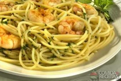 Receita de Espaguete ao molho de camarão flambado