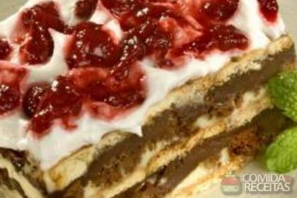 Receita de Pavê de chocolate com calda de frutas vermelhas