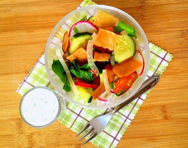 Fatouche (salada árabe com tomate, rabanete, pepino, cebola e croutons de pão sírio)