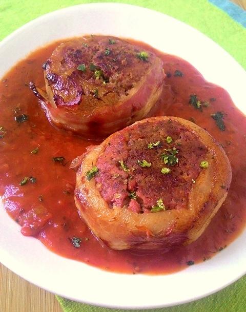 de medalhão de carne moida com molho de tomate