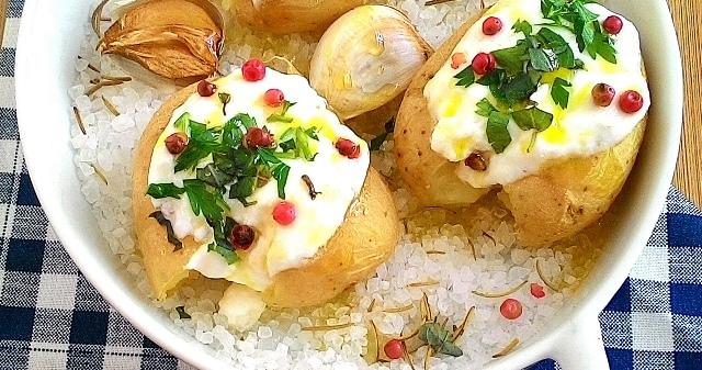 Batatas ao murro com cream cheese, ervas e pimenta rosa