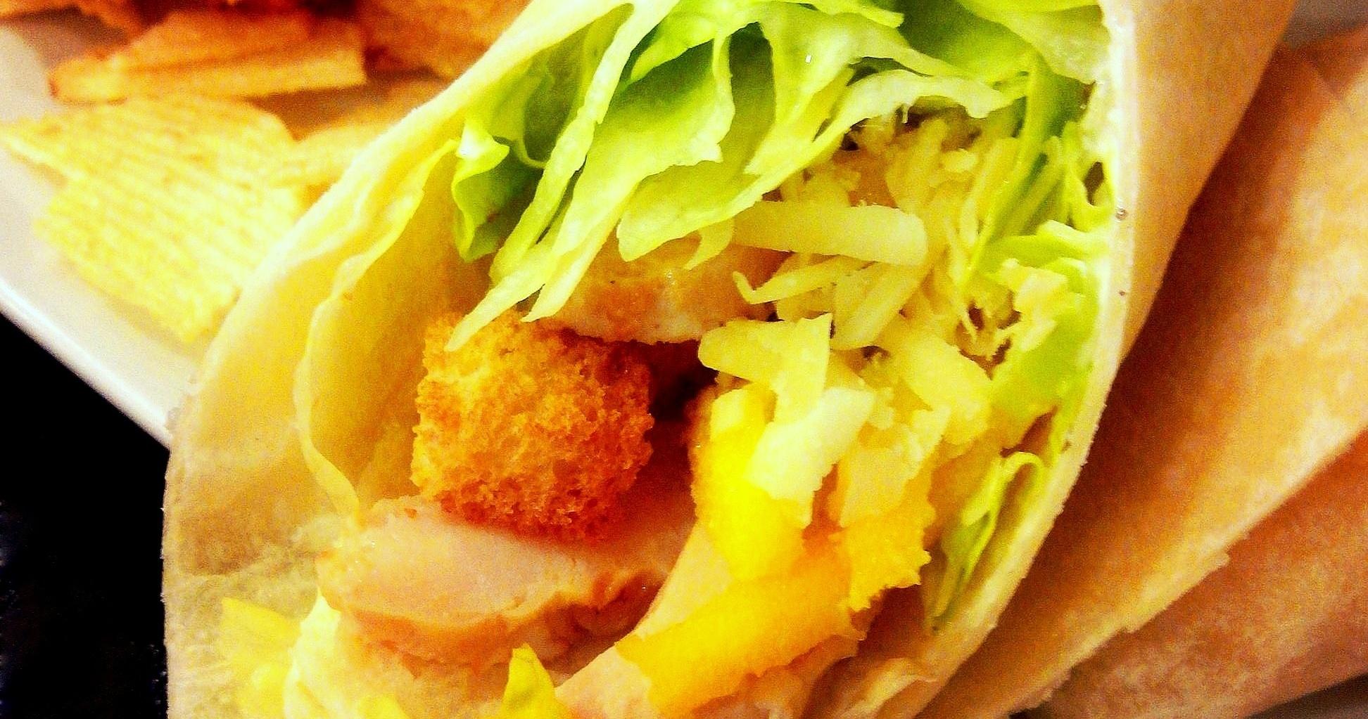 Wrap de frango com manga e molho caesar light
