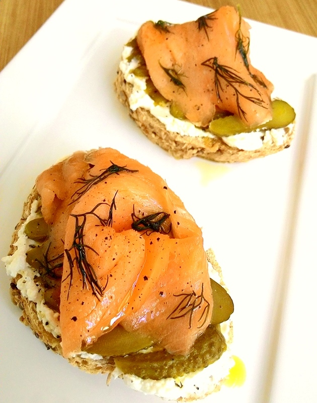 Sanduíche aberto de salmão defumado com creme cítrico