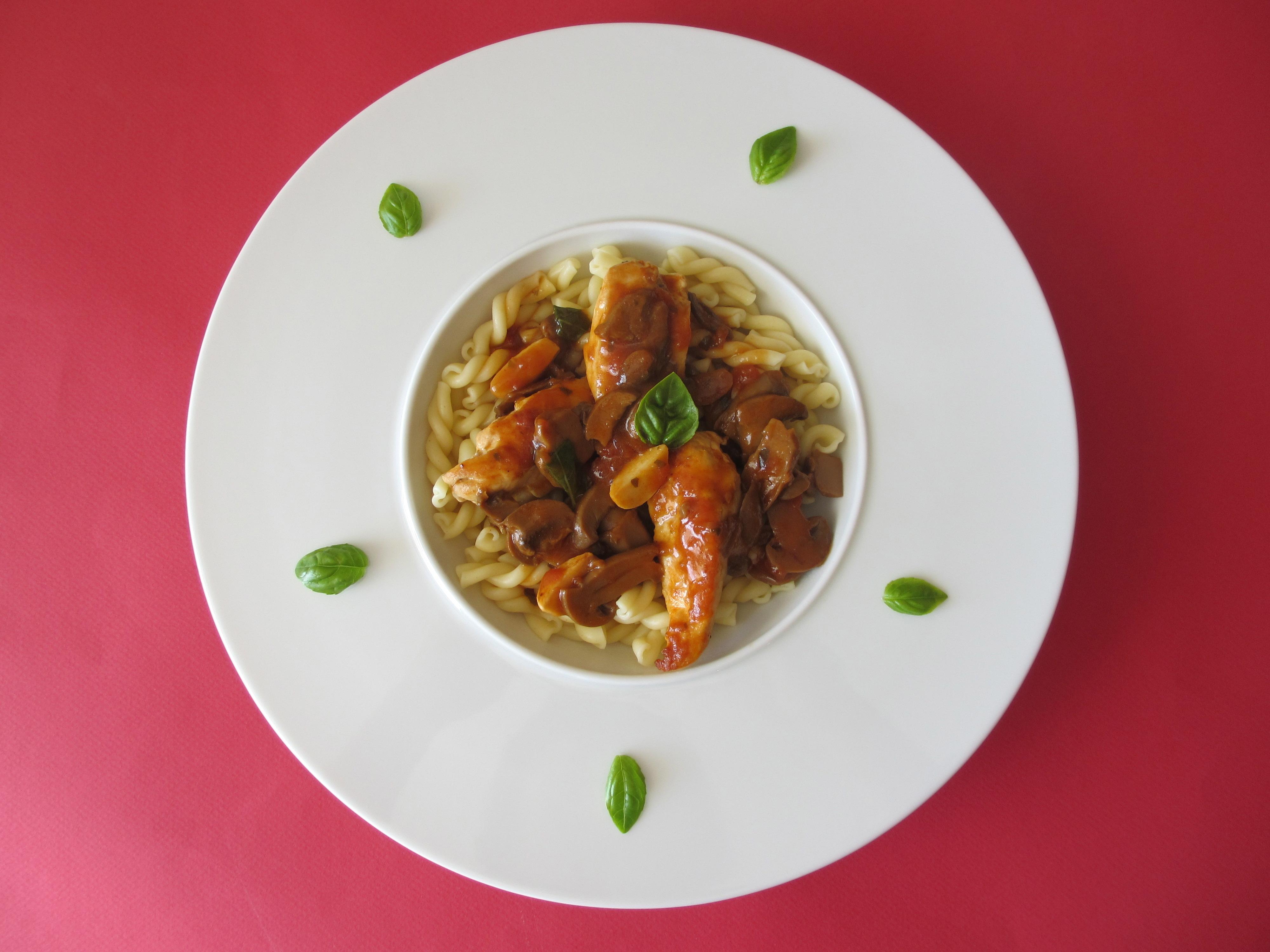 Aiguillettes de poulet aux champignons, tomates et basilic