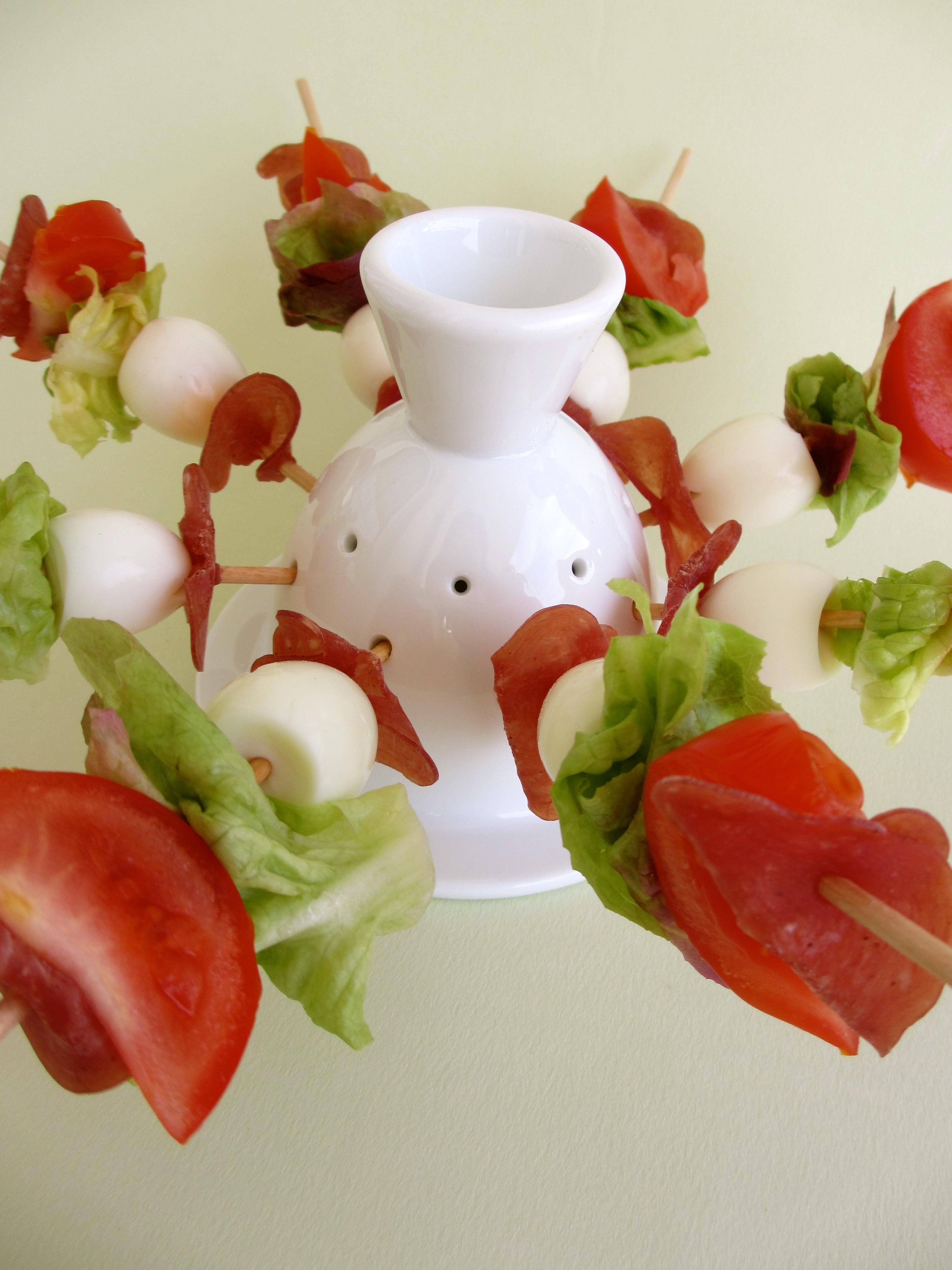 Brochettes apéritives fines tranches de saucisson – tomate – oeuf de caille