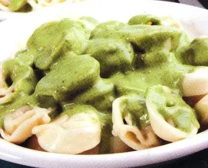 Capeletis con salsa de espinaca