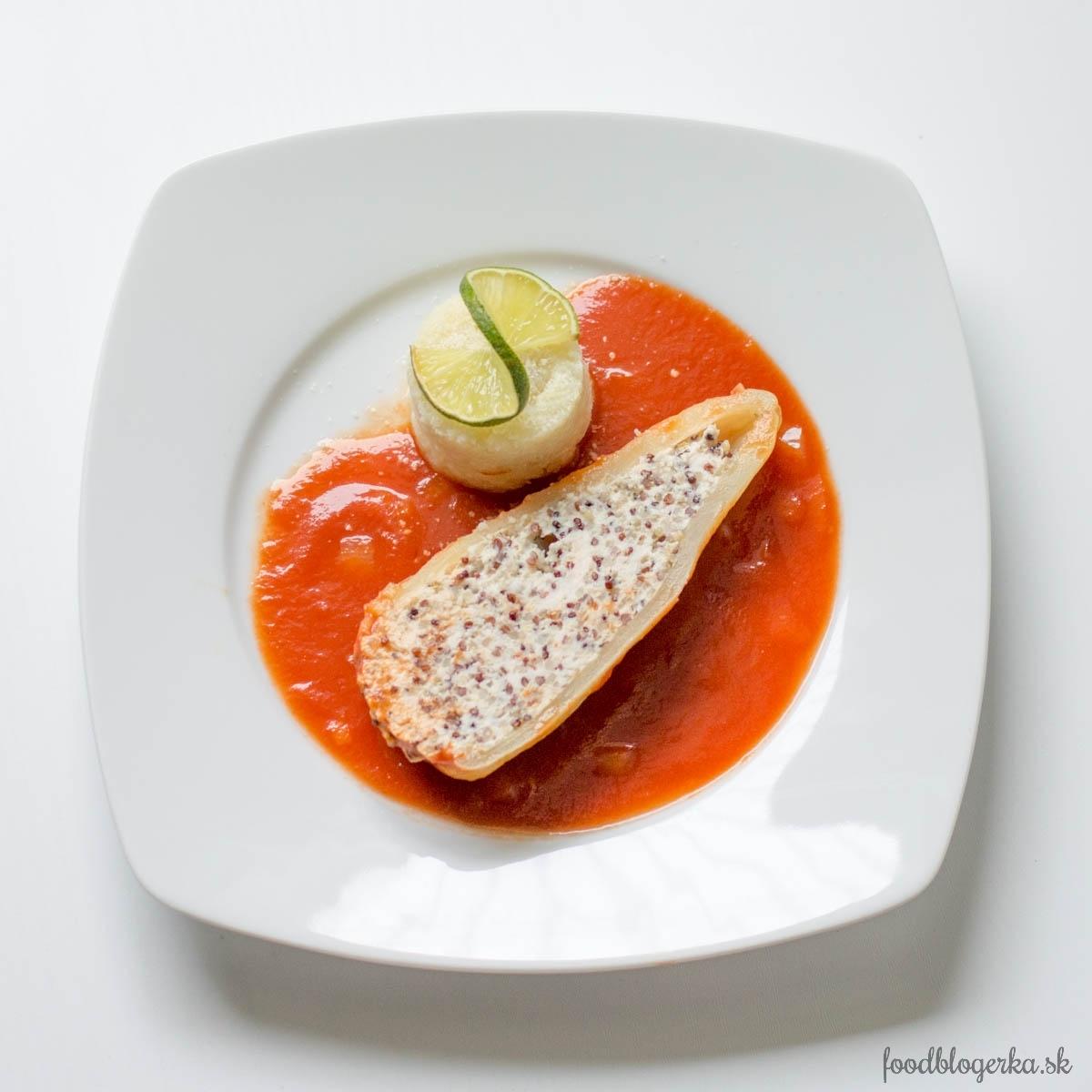 Plnená paprika z morčacieho mäsa a quinoy v paradajkovej omáčke s karfiolovým pyré